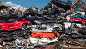 Autoverwertung Duisburg - Gestapelte Schrottautos